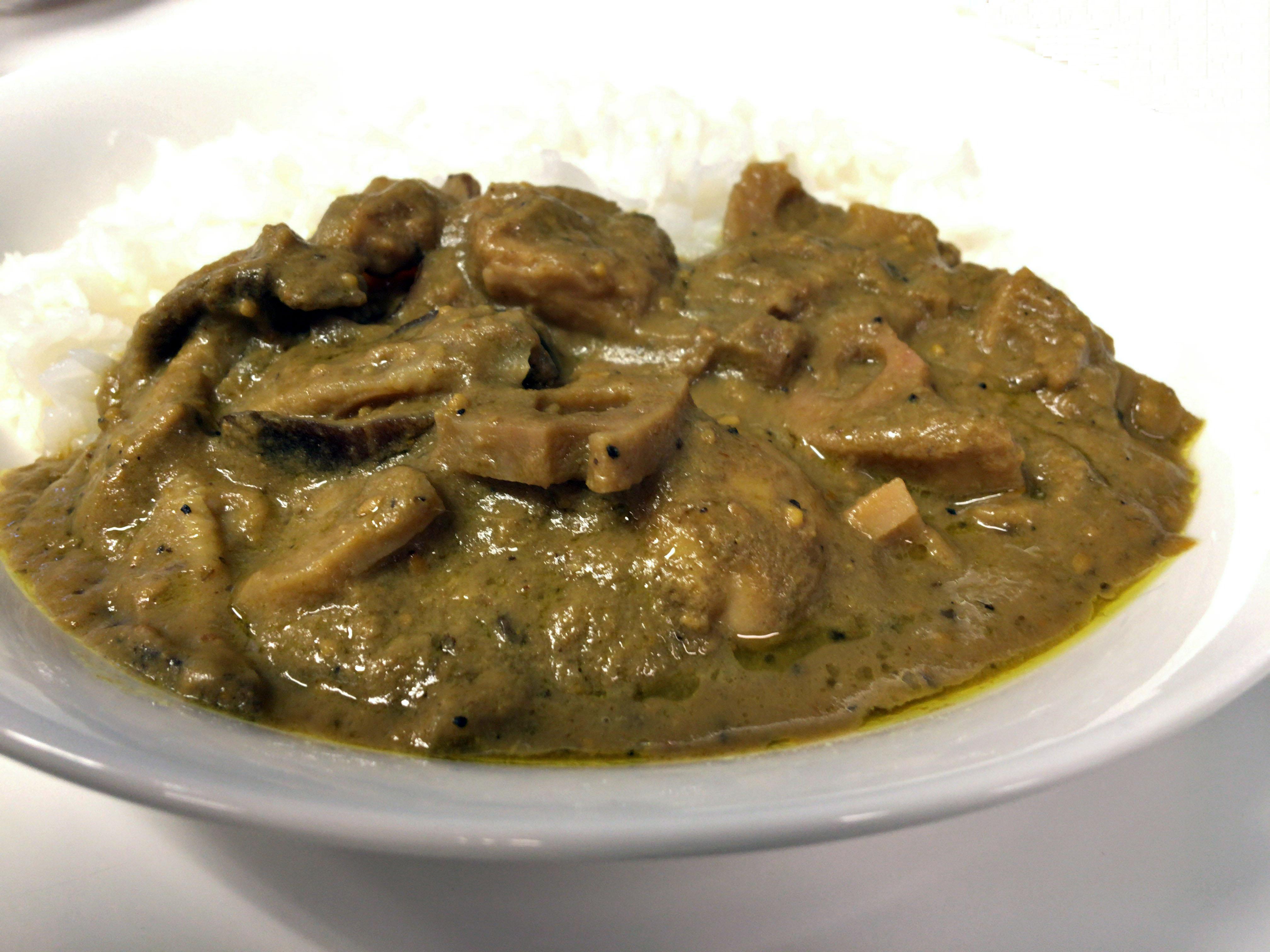 「1300年カレー」をご飯とお皿に盛った写真
